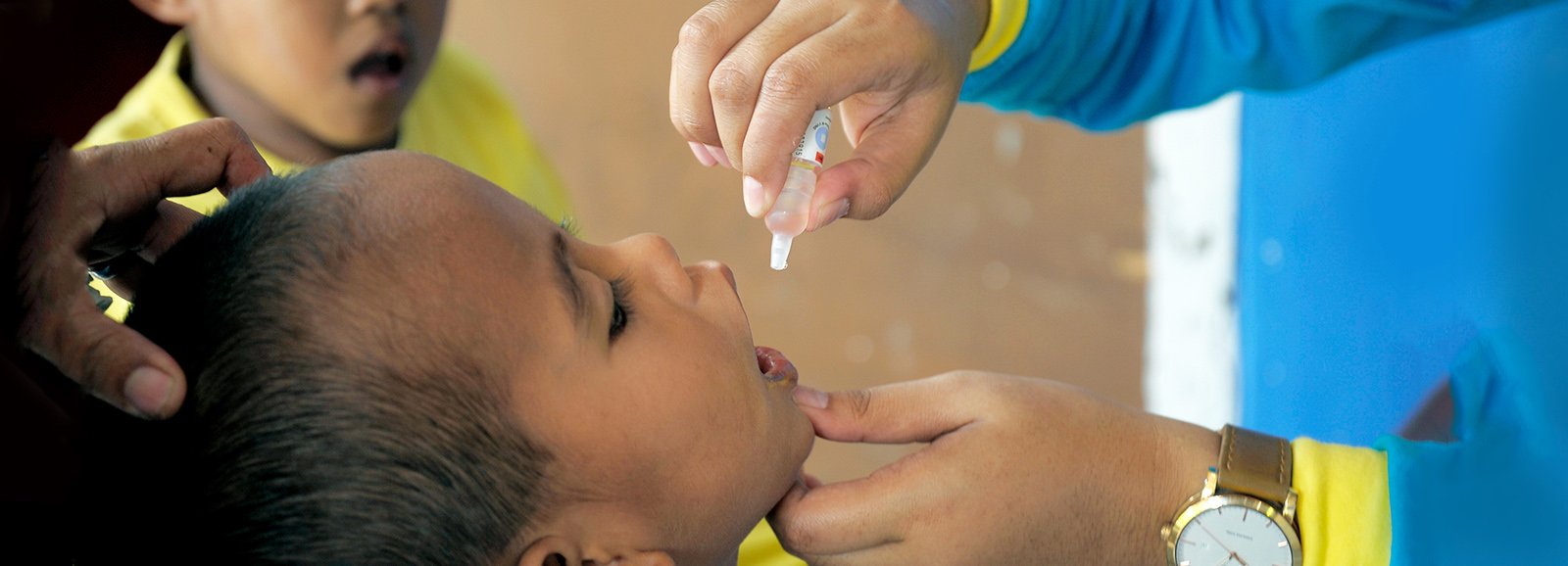 A child receiving oral polio drops (Image © Pacific Press/Getty Images)